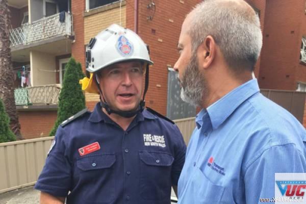 Adam Dewberry (trái) trò chuyện với Arshad Mehmood, một trong những người hàng xóm người cứu hai đứa trẻ. Ảnh: ABC News