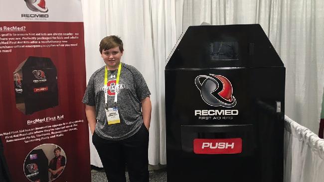 Taylor Rosenthal và chiếc máy bán dụng cụ sơ cứu tự động RecMed do chính cậu sáng chế