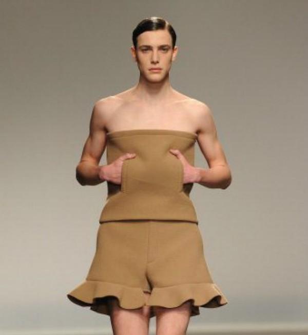 Luật cấm đàn ông mặc váy/áo không dây là một trong những điều luật đặc biệt ở Melbourne, Úc.
