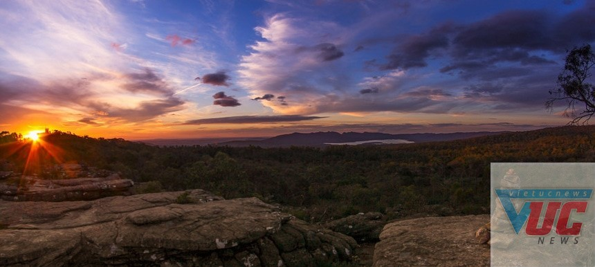 Vườn quốc gia Grampians, Victoria có khí hậu mát mẻ, trung bình khoảng 10 độ C. Nơi đây mang vẻ đẹp lãng mạn, là bức tranh hài hòa của sắc màu tự nhiên: trắng, hồng, tím và cam. Với những hang núi, đỉnh núi và thung lũng tuyệt đẹp, Grampians trở thành điểm đến yêu thích của các phượt thủ. Ảnh: ExperienceOz.