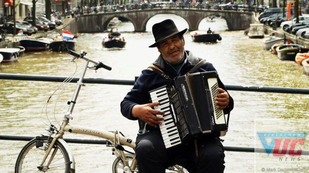 Biểu diễn âm nhạc trên xe đạp ở Amsterdam (Credit: Mark Dadswell/Getty)