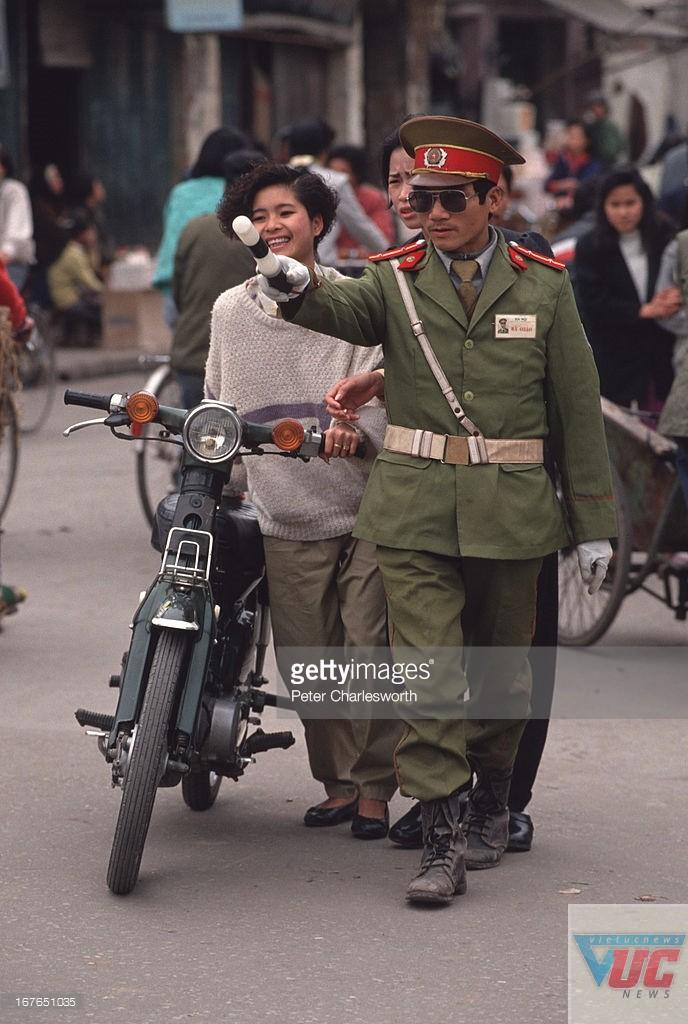Kiều nữ Hà thành bị cảnh sát tuýt còi cùng chiếc Honda Cub huyền thoại.