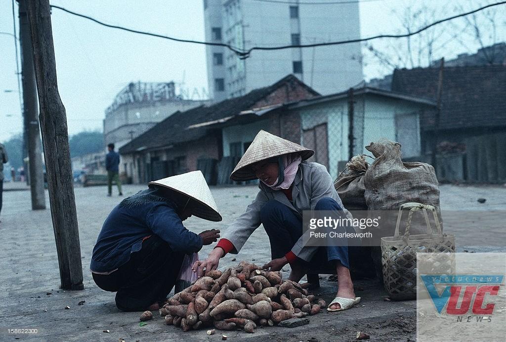 Những người phụ nữ bán khoai lang trên một con phố vắng.