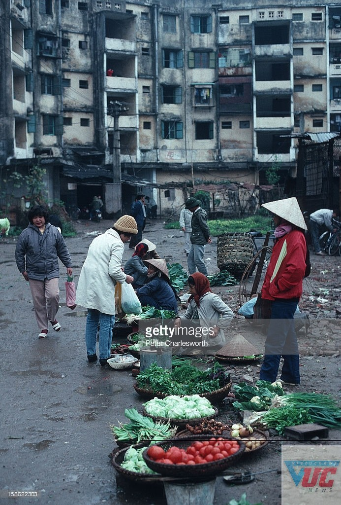 Khu chợ cóc trước một tập thể cũ.