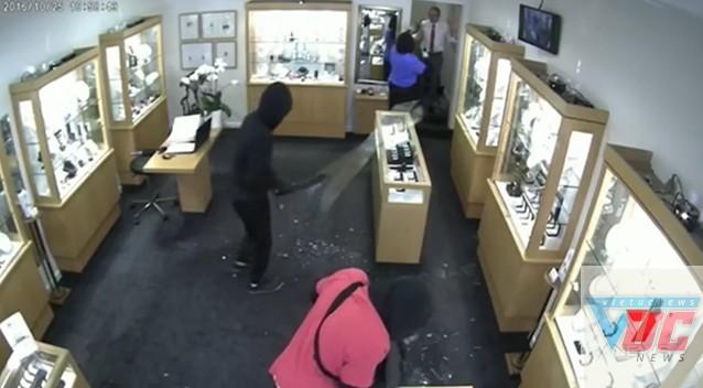 Tên cướp yêu cầu nhân viên đứng quay lưng lại.