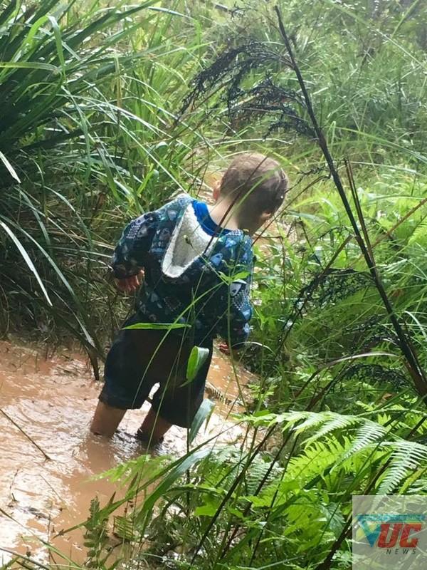 Nhiều bạn nhỏ thích thú khi được lội suối.