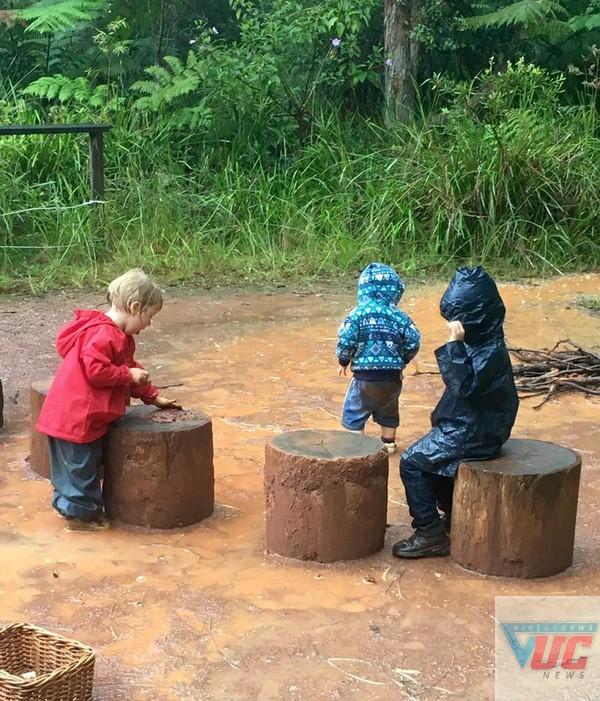 Học sinh học cả trong trời mưa.