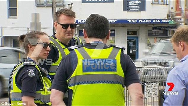 Bức ảnh chụp các cảnh sát ở hiện trường.