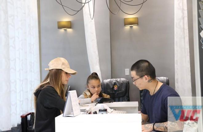 Thủy cho biết khách hàng làm nail rất đa dạng, không chỉ phụ nữ mà còn cả đàn ông, trẻ em. Điều này khác với Việt Nam. Ở Việt Nam, phụ huynh và giáo viên không cho phép các em nhỏ vẽ hay sơn móng tay. Trong khi ở Australia, nghề này rất được coi trọng vì mang lại thẩm mỹ.