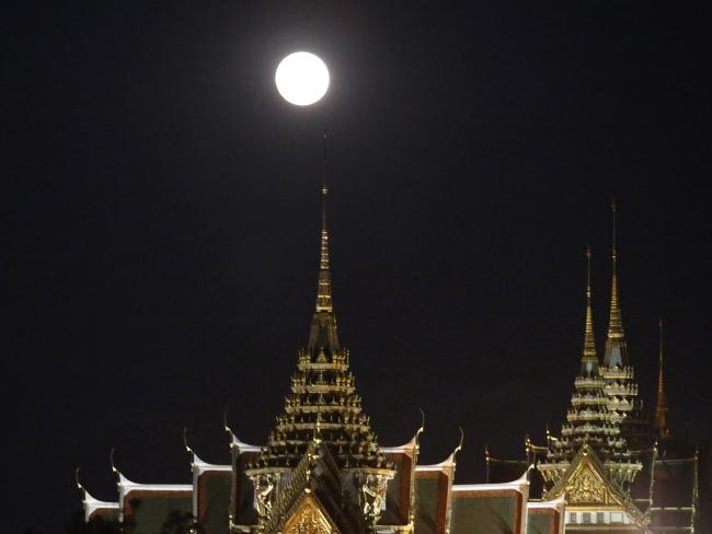 Siêu mặt trăng ở Bangkok, Thái Lan. Hình: AP Photo / Sakchai Lalit.