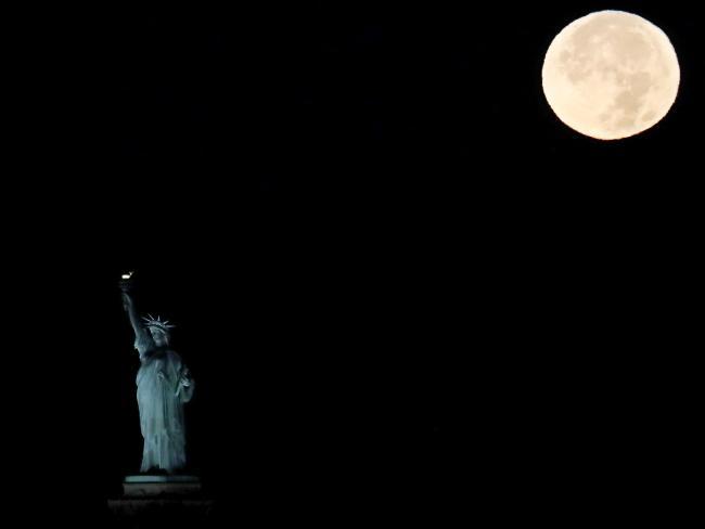 Siêu mặt trăng ở New York (Mỹ) AP Photo / Julio Cortez.