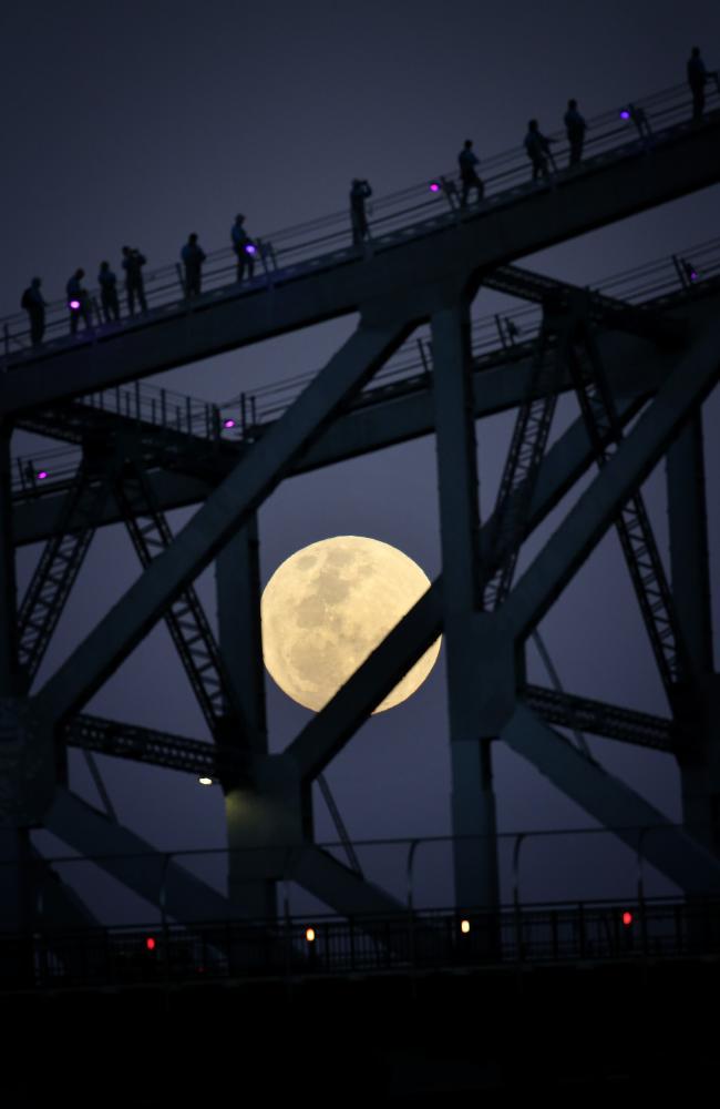 Siêu mặt trăng ấn tượng khi chụp qua cầu Bridgeclimbers ở Brisbane