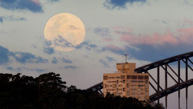 Một siêu mặt trăng mọc trên cầu cảng Sydney trong năm 2014. Ảnh: Janie Barrett