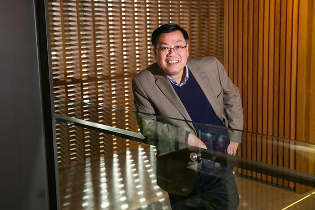 """""""Tôi chỉ cần một cơ hội"""": Từ một người Việt tị nạn ông Tuan Nguyen đã trở thành giáo sư đầu ngành nghiên cứu y khoa tại Úc"""