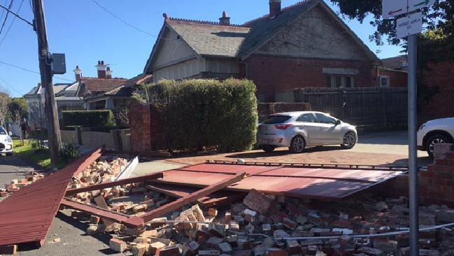 gio manh tan pha melbourne 1 - Gió mạnh tàn phá Melbourne