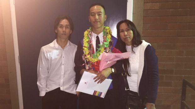 Danukul Mokmool ở bên trái, cùng e trai Charlie Huỳnh ở giữa và mẹ tới nhà thờ